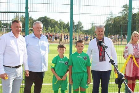 У Лебедині за сприяння депутата Сумської облради відкрито мультифункціональний спортивний майданчик зі штучним покриттям